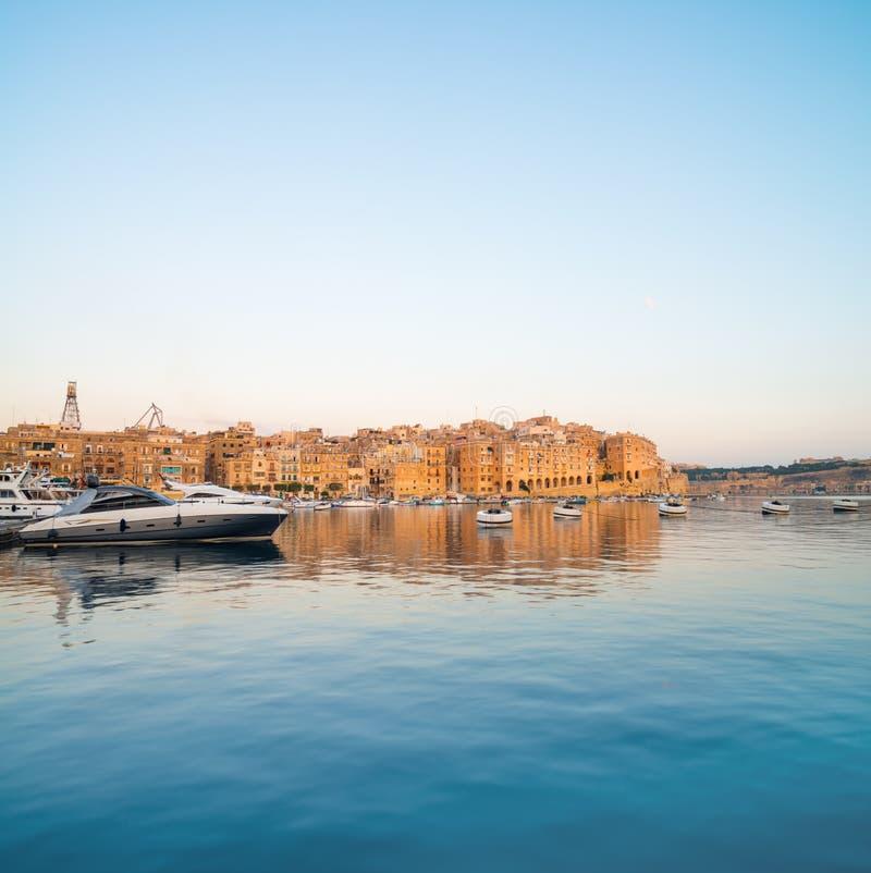 在森格莱阿小游艇船坞的帆船在格兰德贝,瓦莱塔,马耳他 免版税库存照片