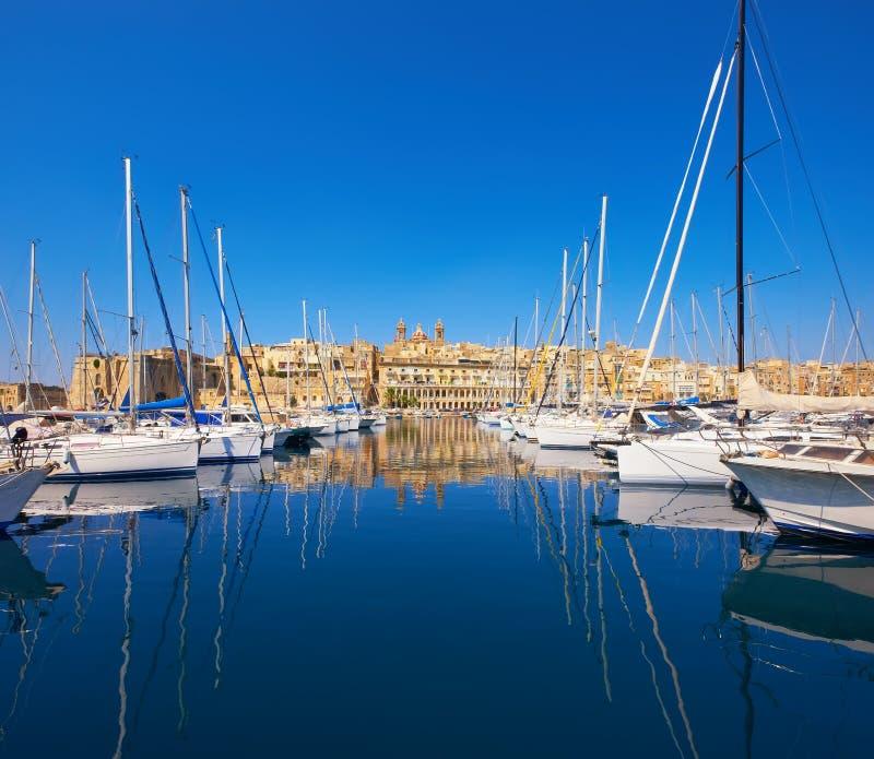 在森格莱阿小游艇船坞的帆船在格兰德贝,瓦莱塔,马耳他 图库摄影