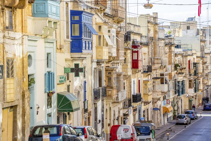 在森格莱阿,马耳他的典型的马尔他街道建筑学 免版税库存图片