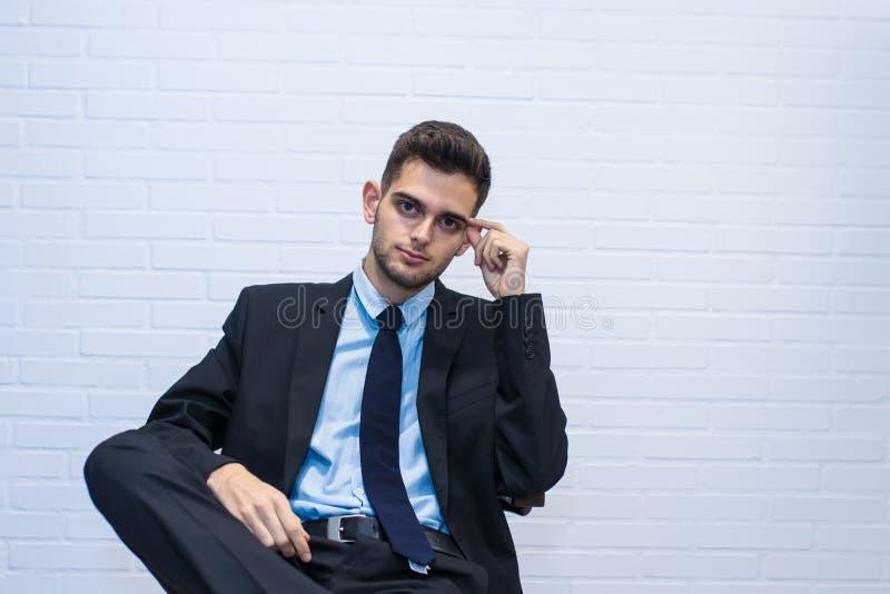 在椅子安装的商人 免版税库存图片