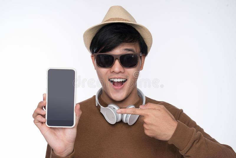 在椅子安装的聪明的偶然亚裔人,显示智能手机scree 免版税图库摄影