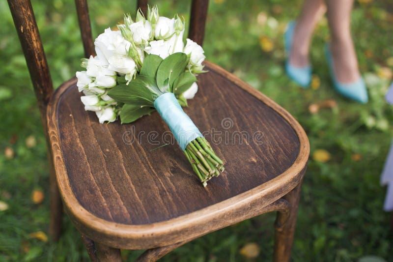 在椅子的婚礼花束 免版税图库摄影