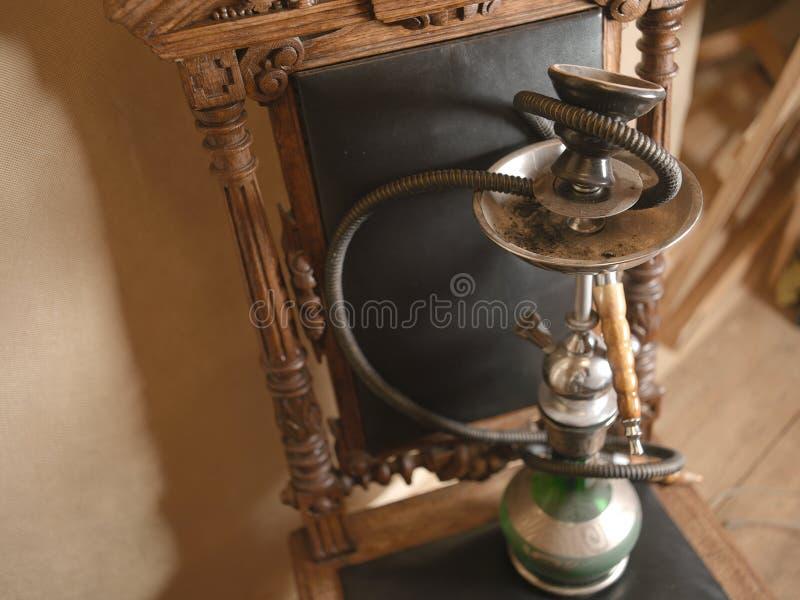 在椅子的水烟筒管子 免版税库存照片