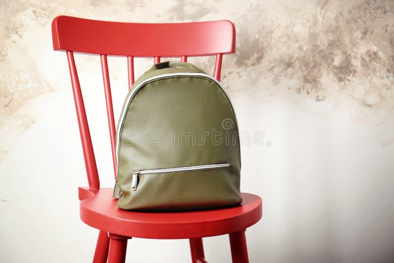 在椅子的皮革背包 免版税库存照片