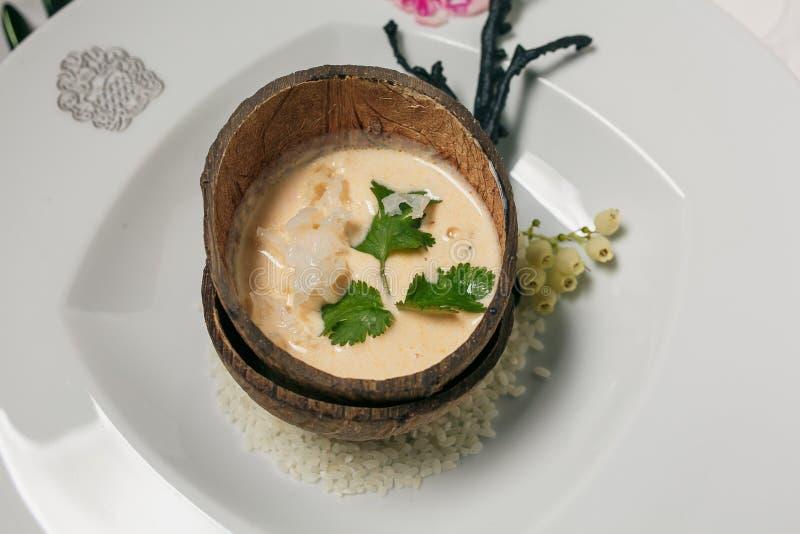 在椰子壳,泰国传统食物的蒸的棕色黏米饭 免版税库存图片