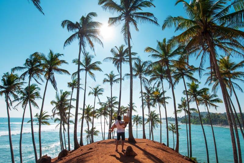 在椰子小山的夫妇在Mirissa,斯里兰卡 免版税库存照片