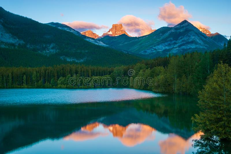 在楔子池塘,卡纳纳斯基斯,亚伯大,加拿大的日出 库存照片