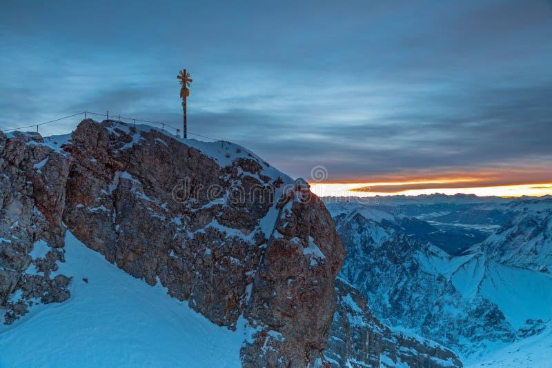 在楚格峰山山顶的破晓 库存图片