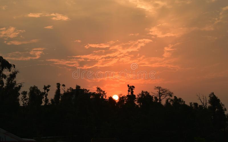 在楠达德维山山脉后的日落,北阿坎德邦 ?? 免版税库存图片