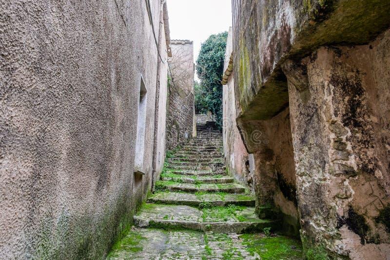 在楼上在房子狭窄的街道之间的台阶在老镇在欧洲 库存照片