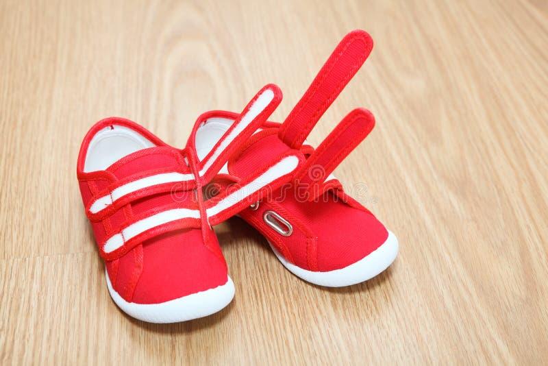 在楼层上的儿童鞋子 免版税库存照片