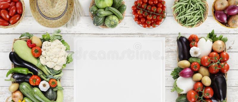 在概念上的健康食物与许多新鲜蔬菜和cuttin 库存图片