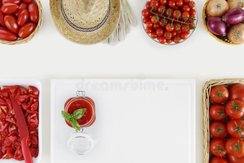 在概念上的西红柿酱食物用许多新鲜的蕃茄和裁减 免版税库存照片