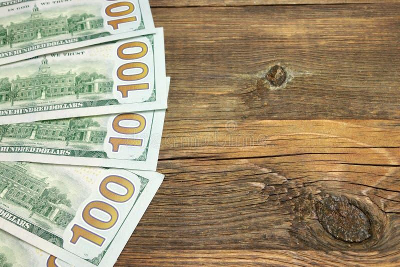 在概略的木背景的五一Hudred美金 免版税库存照片