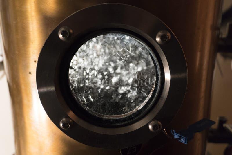 在槽坊里面的仍然铜蒸馏器 免版税库存照片