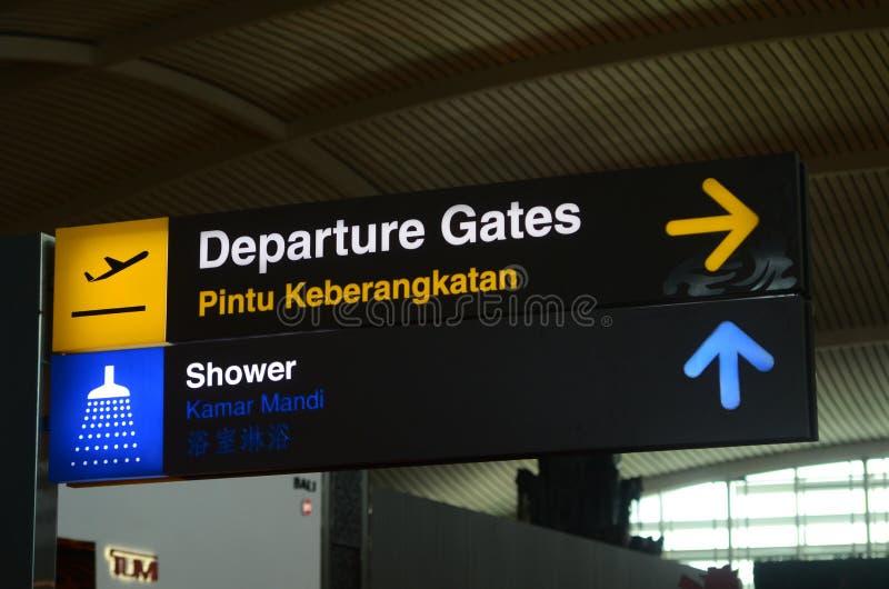 在樟宜机场终端1离开大厅的离开标志 图库摄影