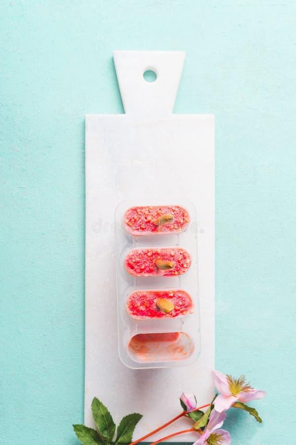 在模子的桃红色自创冰棍儿冰淇淋 E r 免版税库存图片
