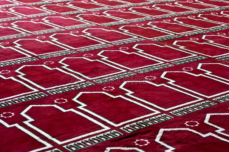 在模式的红色伊斯兰祈祷的地毯   免版税库存照片