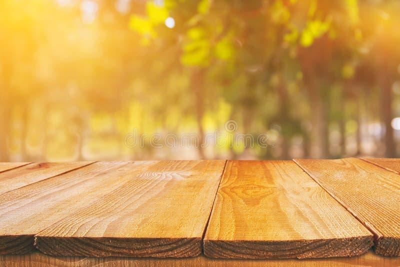 在模糊的秋天背景前面的空的桌 为产品显示蒙太奇准备 图库摄影