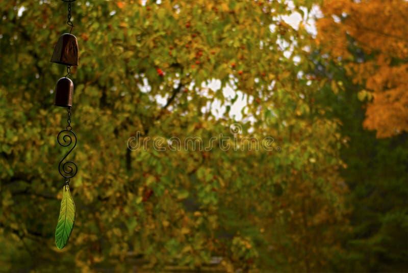 在模糊的秋天/秋天背景的垂悬的装饰-复制空间 库存照片