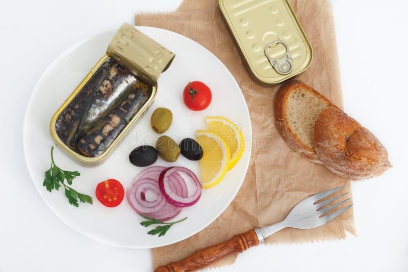 在橄榄油的罐装沙丁鱼与快的膳食的菜 免版税库存图片