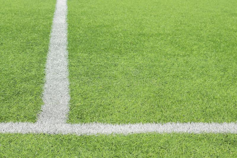 在橄榄球场的绿草的表示的白色油漆 库存图片