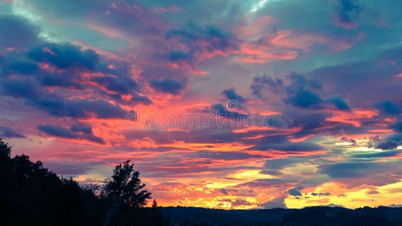 在橙色和蓝色的五颜六色的天空 免版税库存图片