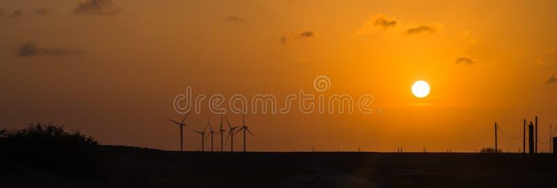 在橙色日落的风轮机在农村科珀斯克里斯蒂,得克萨斯,美国 库存照片