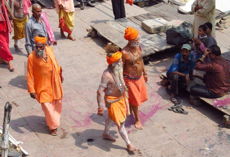 在橙色衣裳的印度piligrims在瓦腊纳西 库存照片