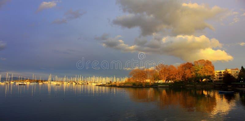 在橡木海湾小游艇船坞,维多利亚,不列颠哥伦比亚省的晚上光 库存图片