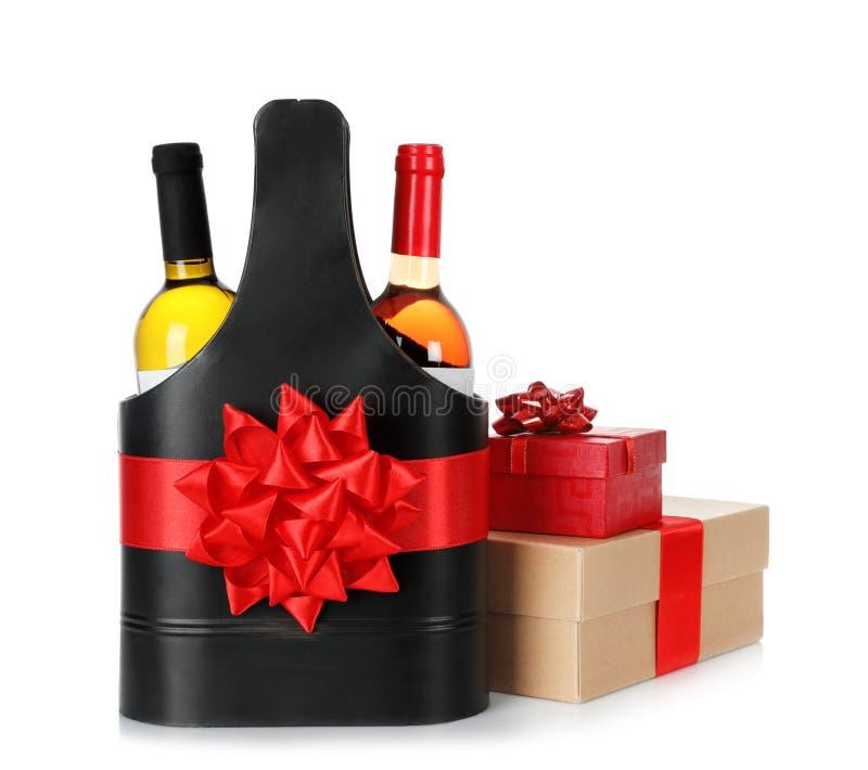 在欢乐包裹与红色弓和礼物盒的酒瓶隔绝了 库存图片
