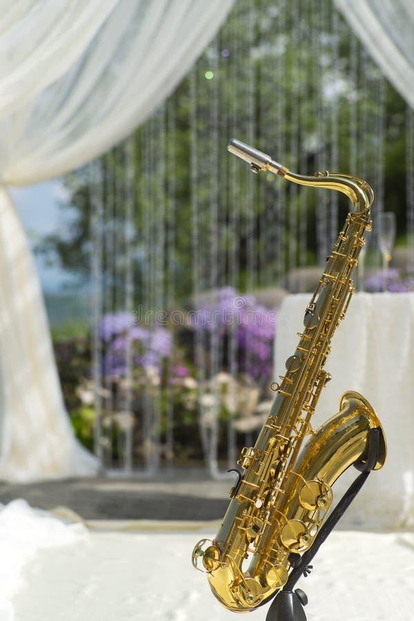 在欢乐婚礼装饰的金萨克斯管 免版税库存照片
