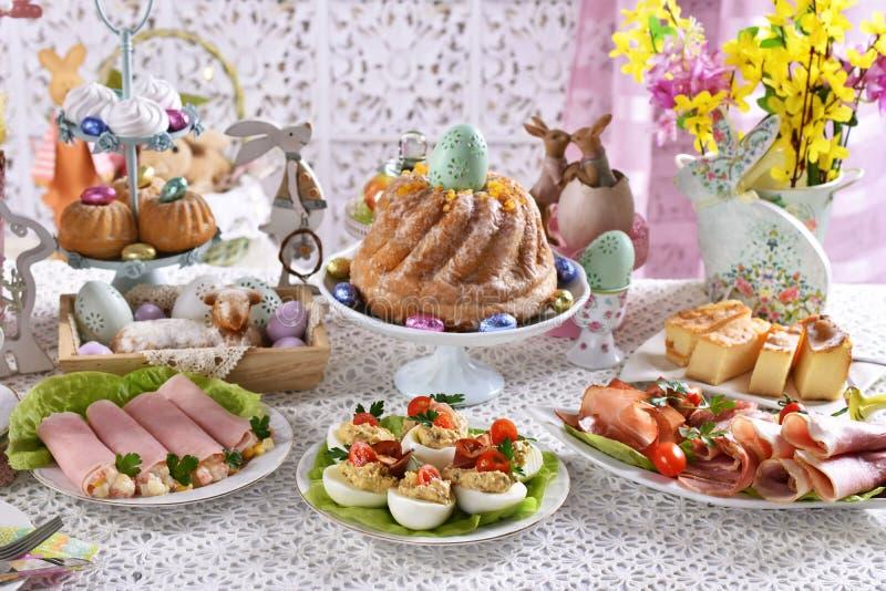 在欢乐桌上的传统复活节早餐 库存照片