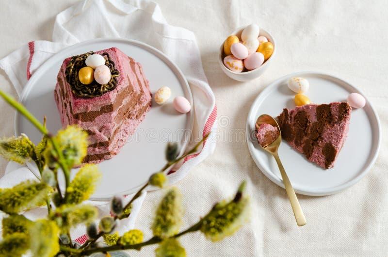 在欢乐桌上的传统复活节酸奶干酪点心与杨柳花束  r 复活节卡片,复活节彩蛋 图库摄影