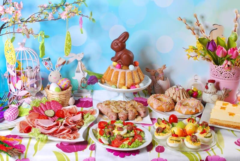 在欢乐桌上的传统复活节早餐 图库摄影