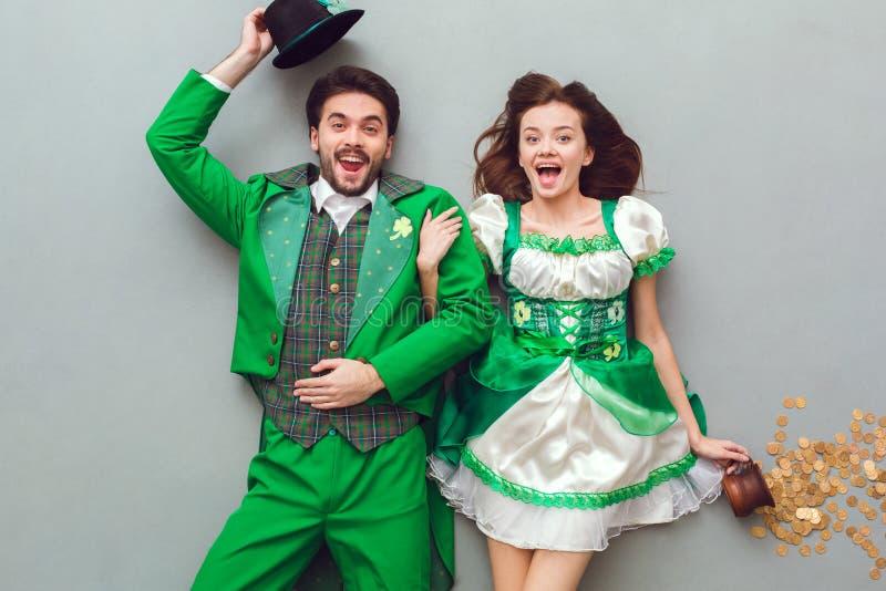 在欢乐看照相机的服装圣帕特里克` s天顶视图的年轻夫妇惊奇 免版税库存照片