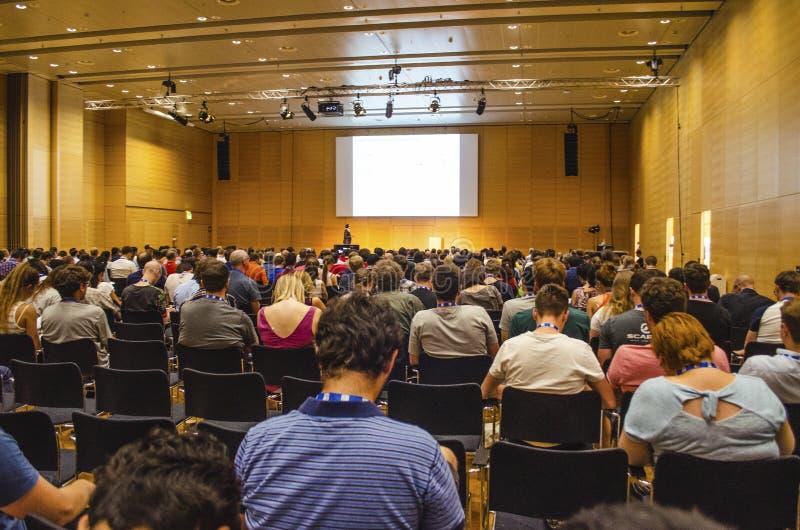 在欧洲会议上听科学演讲的观众 免版税库存图片