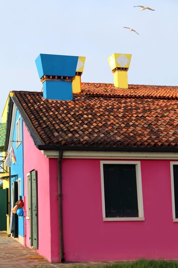 在欧洲南岛上的房子有五颜六色的烟囱的 免版税库存图片
