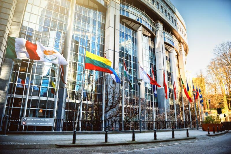 在欧洲议会大厦,布鲁塞尔前面的挥动的旗子 免版税库存照片