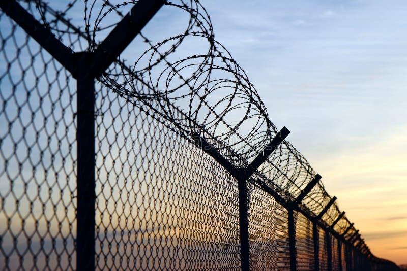 在欧洲边界的铁丝网篱芭 免版税库存照片