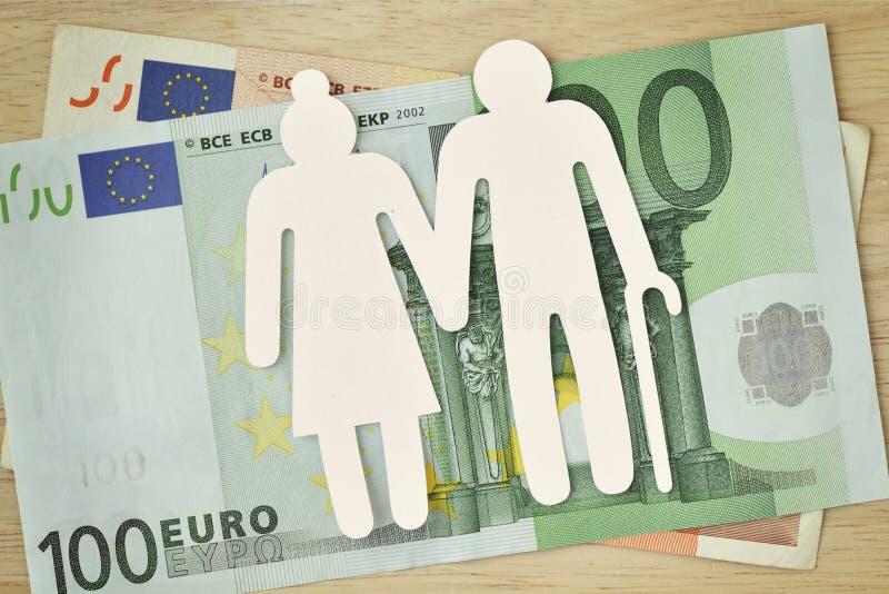 在欧洲钞票的纸年长夫妇保险开关-退休金概念 库存照片