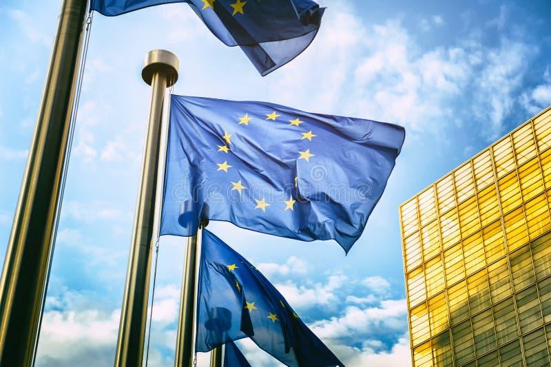 在欧盟执委会前面的欧盟旗子在布鲁塞尔 库存图片