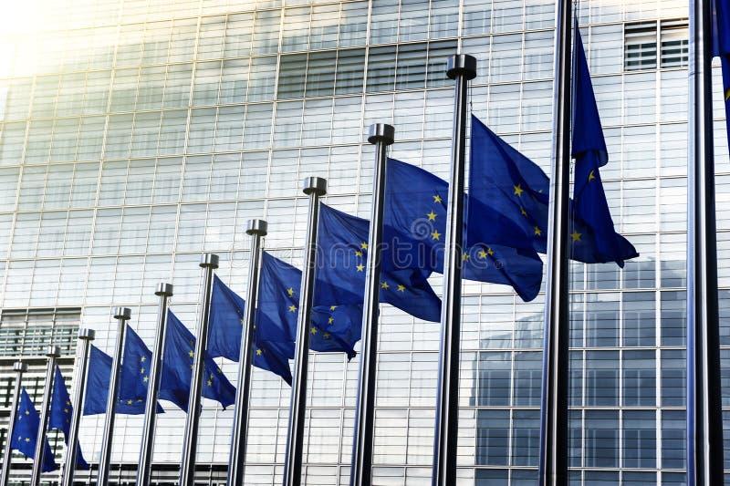 在欧盟执委会前面的欧盟旗子在布鲁塞尔 库存照片