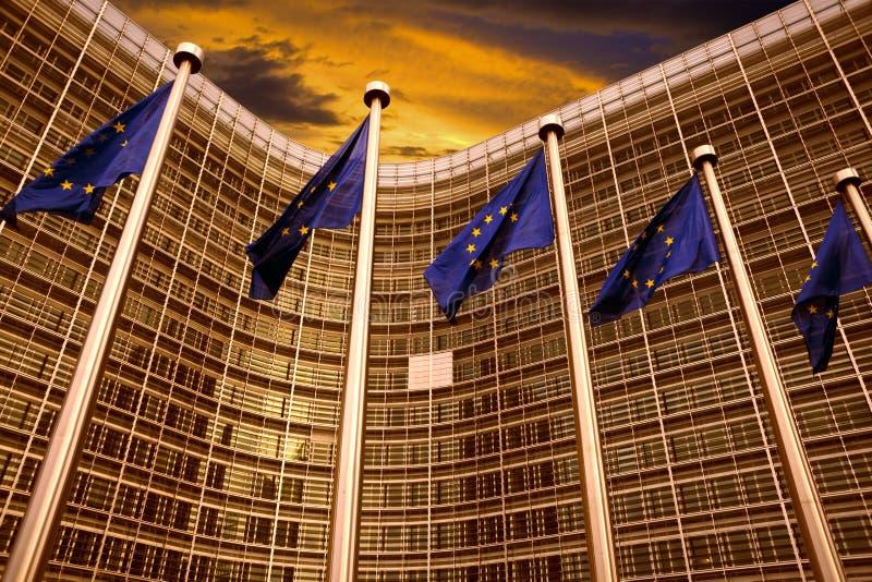 在欧盟执委会大厦前面的欧盟旗子在布鲁塞尔 免版税库存照片