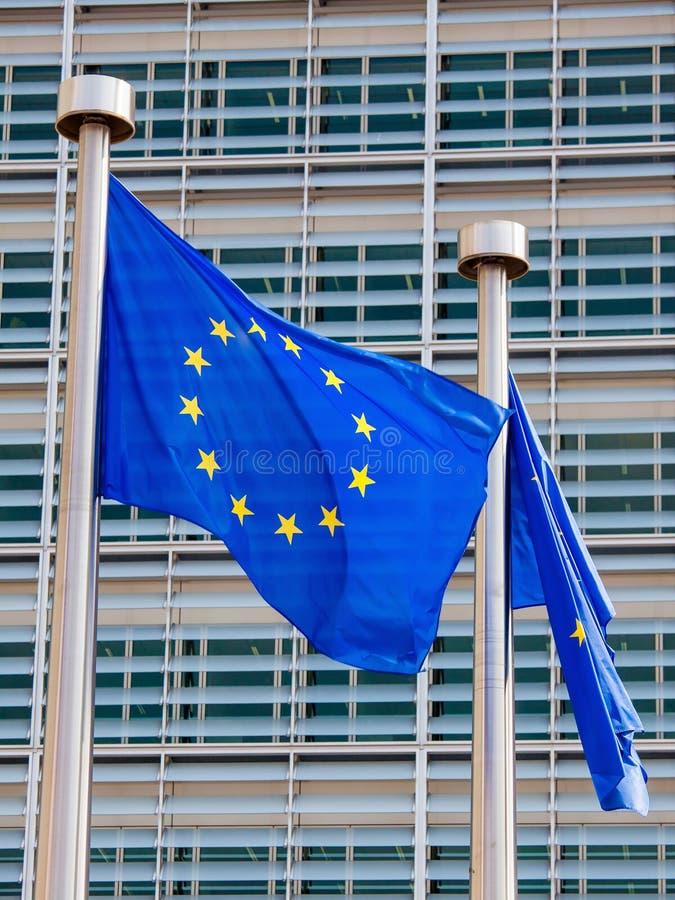 在欧盟执委会大厦的欧洲旗子在布鲁塞尔 库存照片