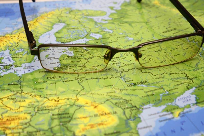在欧洲地图的玻璃  图库摄影