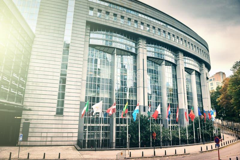 在欧洲议会大厦前面的旗子 布鲁塞尔, Belgiu 图库摄影