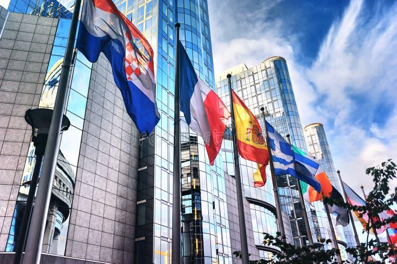 在欧洲议会大厦前面的旗子 布鲁塞尔, Belgiu 免版税库存照片