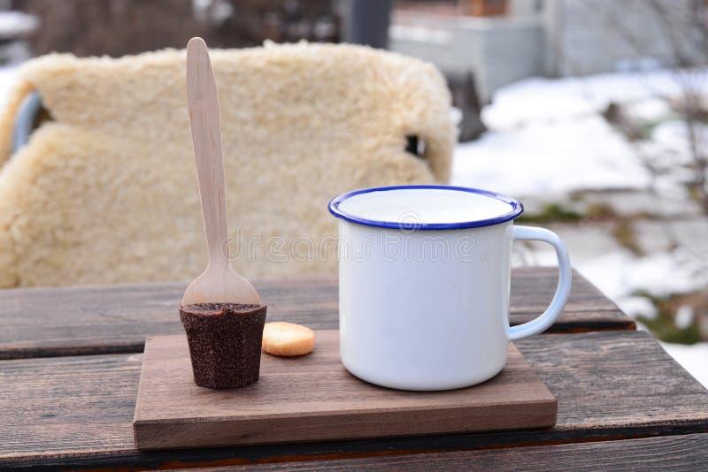 在欧洲风格的热巧克力在室外resta的木桌上 免版税图库摄影