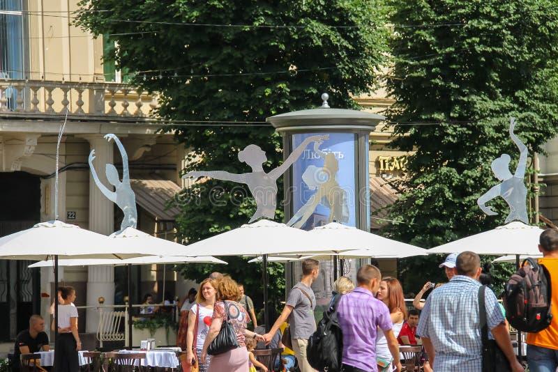 在歌剧和芭蕾舞团附近大厦的游人在利沃夫州 库存图片